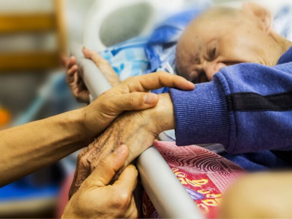 Berührung im Pflegeheim